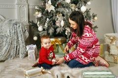 在新年内部的家庭 免版税图库摄影
