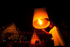 在新年度庆祝期间,人们发行天空灯笼 免版税库存照片