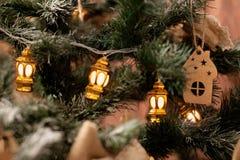 在新年树的木玩具与光 免版税库存照片