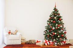 在新年` s伊芙的圣诞树在有圣诞节礼物的一个绝尘室 库存照片