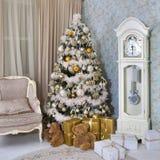 在新年` s伊芙的圣诞树在有圣诞节礼物的一个绝尘室 免版税库存照片