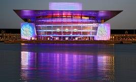 在新年` s伊芙的紫色哥本哈根歌剧 免版税库存照片