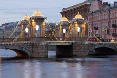 在新年` s照明的罗蒙诺索夫桥梁在一个多云12月早晨 彼得斯堡圣徒 免版税库存图片