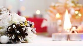 在新年` s设置的光蜡烛与爆沸和礼物盒 影视素材