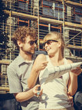 在新房前面的夫妇有图纸的射出 免版税图库摄影