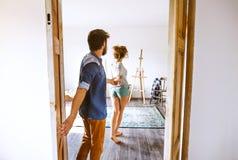 在新房里结合移动,输入通过门 库存图片