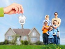 在新房附近的愉快的家庭。 免版税库存照片
