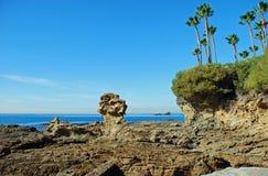在新月形海湾,拉古纳海滩,加利福尼亚附近的岩石海岸线 库存照片