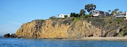 在新月形海湾,拉古纳海滩,加利福尼亚附近的岩石海岸线 图库摄影
