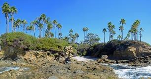 在新月形海湾,拉古纳海滩,加利福尼亚附近的岩石海岸线 库存图片