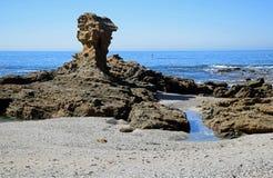 在新月形海湾,拉古纳海滩,加利福尼亚附近的海岸线 免版税库存照片