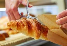 在新月形面包的特写镜头用黄油在法式酥皮点心商店 免版税库存照片
