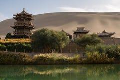 在新月形Moon湖附近的中国亭子在沙漠 免版税库存图片