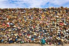 在新桥的爱挂锁在塞纳河,巴黎,法国 库存照片