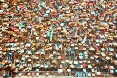 在新桥的爱挂锁在塞纳河,巴黎,法国 免版税库存照片