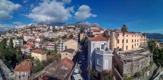在新海尔采格的全景视图,一个老镇在黑山 图库摄影