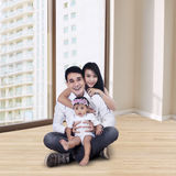 在新的公寓的愉快的家庭 免版税图库摄影