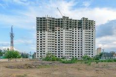 在新的公寓的建筑的附近建造场所 库存照片