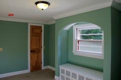在新的内部家庭建筑墙壁上的五颜六色的浅绿色的油漆  免版税库存照片