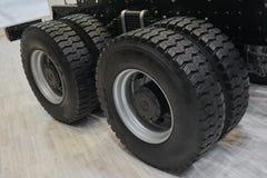 在新的卡车轮子和轮胎的看法在卡车底盘 卡车轮子外缘 卡车底盘分开细节设备设备 新的轮子 库存照片