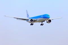 在新的号衣的KLM波音777 免版税库存图片