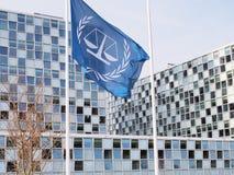 在新的国际刑事法院前面的旗子 库存图片
