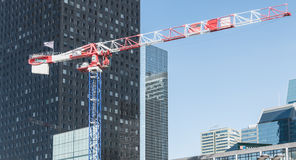 在新的大厦建筑在Th的运作的起重机 免版税图库摄影