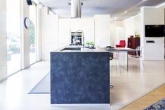 在新的家庭内部的现代美丽的公寓 库存照片