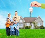 在新的家附近的愉快的家庭 免版税库存照片
