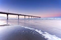 在新的布赖顿海滩克赖斯特切奇新西兰的日落 免版税库存照片