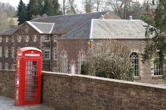 在新的拉纳克,苏格兰的红色电话亭 库存图片