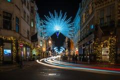 在新的政券街道上的圣诞灯 伦敦英国 图库摄影