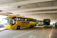 在新的斯图加特中央汽车站的两辆长途汽车 库存图片