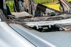 在新的昂贵的被烧的汽车的总损伤在停车场的火,选择聚焦 免版税库存图片