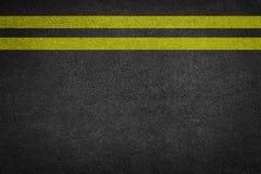 在新的柏油路的双黄线 库存照片