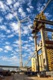 在新的核电站建造场所的高建筑用起重机  免版税库存照片