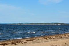 在新的格拉斯哥,有浪潮起伏的波浪和风塔和帆船的新斯科舍附近靠岸在背景中 库存照片