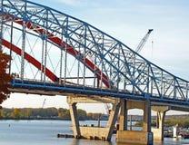 在新的桥梁前面的老桥梁 图库摄影