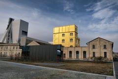 在新的正方形南部的阿德里亚诺奥利韦蒂的米兰,意大利2019年2月- Fondzione普拉达博物馆-金黄黄色温暖的大厦  库存图片