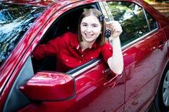 在新的汽车的少年司机 免版税库存图片