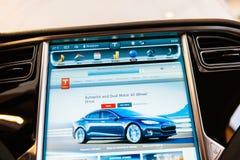 在新的特斯拉模型S仪表板计算机显示器屏幕的POV 库存图片