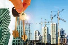 在新的现代大厦的建筑的背景的钥匙 免版税图库摄影