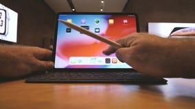在新的苹果计算机iPad赞成片剂的POV 股票录像