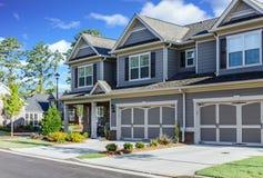 在新的连栋房屋的两个车库 免版税库存照片