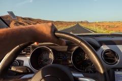 在新的银色Ford Mustang敞蓬车里面在亚利桑那 免版税库存照片