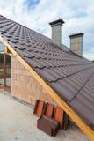 在新的铺磁砖的屋顶的看法有从一个新房的二楼的烟囱的 库存图片