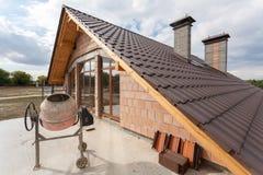 在新的铺磁砖的屋顶的看法有从一个新房的二楼的烟囱的 图库摄影