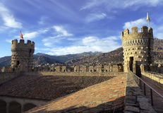 在新的los Mendoza城堡曼萨纳雷塞尔雷亚尔,亦称城堡的墙壁上  库存照片