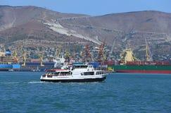 在新罗西斯克港的海船  免版税库存照片