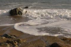 在新英格兰海滩的波浪 库存图片